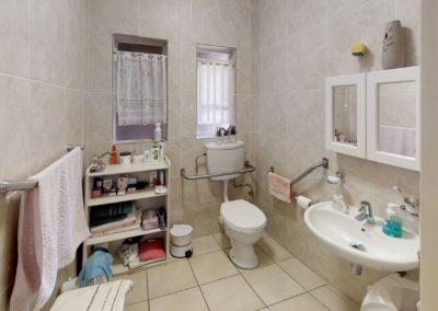 Trans-50-Fichardt-Park-Enkel-Kamer-Bathroom1