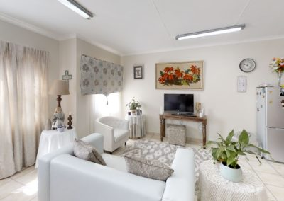 Trans-50-Mopanie-107-Bachelor-Living-Room